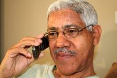 Mann auf Mobiltelefon Stockbilder