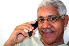Mann auf Mobiltelefon Lizenzfreies Stockfoto