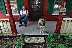Mann auf Portal mit Hund Lizenzfreie Stockfotos
