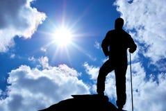 Mann auf Rand des Berges Stockfotos