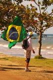 Mann auf religiöser Pilgerfahrt mit brasilianischer Flagge lizenzfreies stockfoto