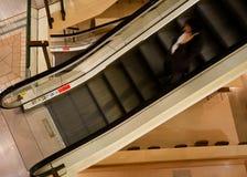 Mann auf Rolltreppe Lizenzfreie Stockfotos