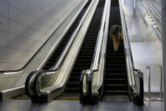 Mann auf Rolltreppe Stockfotos