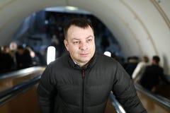 Mann auf Rolltreppe in der U-Bahn stockfoto