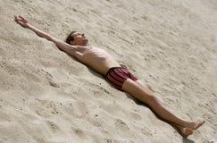 Mann auf Sand Stockfoto