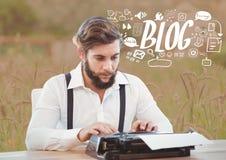 Mann auf Schreibmaschine mit Blogtext mit Zeichnungsgraphiken Stockfoto