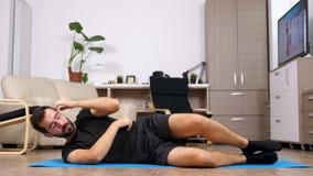 Mann auf seiner Rückseite, die Übungen für die ABS tut stock video