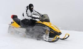 Mann auf Snowmobile Lizenzfreies Stockfoto