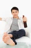 Mann auf Sofa Stockfotos