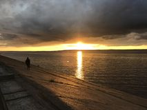 Mann auf Sonnenuntergang Lizenzfreie Stockfotos