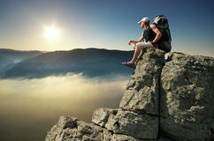 Mann auf Spitze des Berges stockfotografie