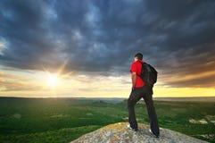 Mann auf Spitze des Berges Lizenzfreie Stockfotos