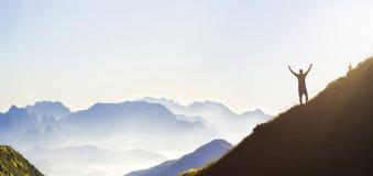 Mann auf Spitze des Berges Emotionale Szene Junger Mann mit backpac stockfotos