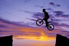 Mann auf springendem Schattenbild des Fahrrades Lizenzfreies Stockfoto