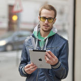 Mann auf Straßen-Gebrauch Ipad Tablette-Computer Lizenzfreie Stockfotografie