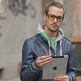 Mann auf Straßen-Gebrauch Ipad Tablette-Computer Stockfoto