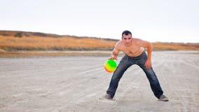 Mann auf Strand mit Kugel Stockbilder