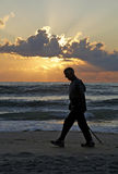 Mann auf Strand am Sonnenuntergang Stockfoto