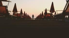 Mann auf Strandpromenade Stockfoto