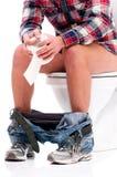 Mann auf Toilettenschüssel Lizenzfreie Stockfotos