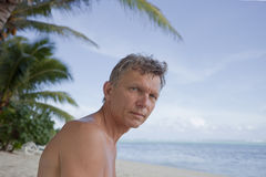 Mann auf tropischem Strand Lizenzfreies Stockfoto