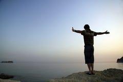 Mann auf Ufer Lizenzfreie Stockfotografie