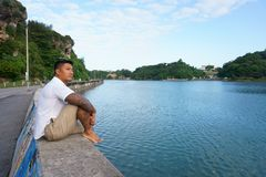 Mann auf Uferdamm im Urlaub Lizenzfreie Stockfotos
