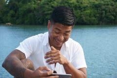 Mann auf Uferdamm im Urlaub Stockfoto