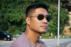 Mann auf Uferdamm im Urlaub lizenzfreie stockfotografie