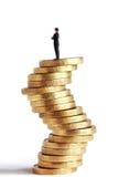 Mann auf Ungewissheitsmünzenform Stockfotos
