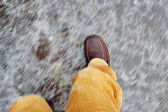 Mann auf vereister Straße Lizenzfreie Stockfotos