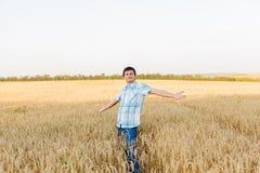 Mann auf Weizenfeld Stockbilder