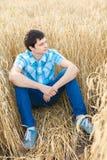 Mann auf Weizenfeld Stockfotografie