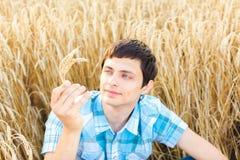 Mann auf Weizenfeld Lizenzfreie Stockbilder