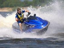 Mann auf Wellen-Seitentrieb dreht sich schnell Lizenzfreies Stockfoto