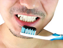 Mann, auftragende Zähne mit einer blauen Zahnbürste Stockbild
