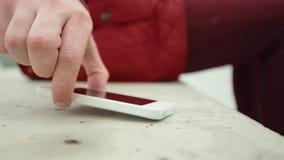 Mann-Aufzug sein Smartphone-Weiß stock video