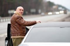 Mann am Auto lizenzfreie stockfotografie