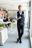 Mann avec le téléphone portable dans le bureau Photos stock