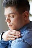 Mann-bürstende Schuppen von den Schultern Lizenzfreies Stockbild