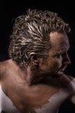 Mann bedeckt im Schlamm, nackt, im Profil, alter Krieger Stockbild