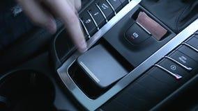 Mann bedrängt Knopf auf dem Armaturenbrett des Autos stock video