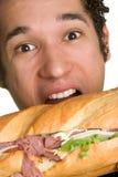 Mann-beißendes Sandwich Lizenzfreie Stockfotos
