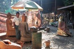 Mann bei der Arbeit in der Statuenwerkstatt Stockbild
