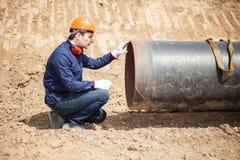 Mann bei der Arbeit in einer Baustelle Stockbilder