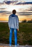Mann bei Sonnenuntergang Lizenzfreies Stockfoto