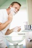Mann beim Badezimmerrasieren Stockfotos