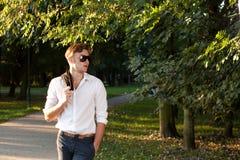 Mann beim Gehen in den Park am Sonnenaufgang Lizenzfreie Stockfotografie