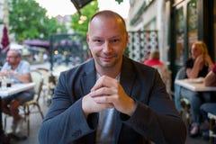 Mann beim Restaurantlächeln stockbilder