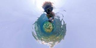 Mann beim Schnorcheln im Meer von 360 Grad Ansichtpanorama lizenzfreie stockbilder
